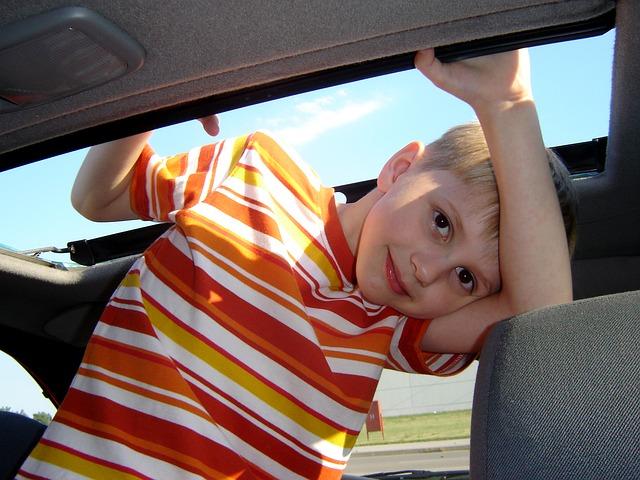 kluk v autě
