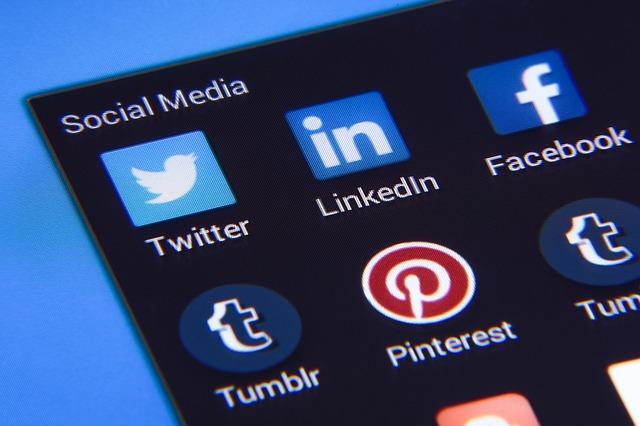 sociální média na obrazovce