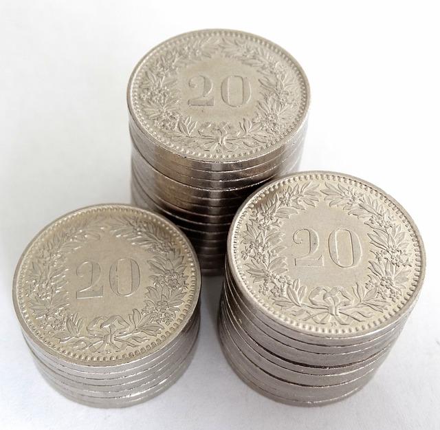 tři sloupce stříbrných zdobných mincí