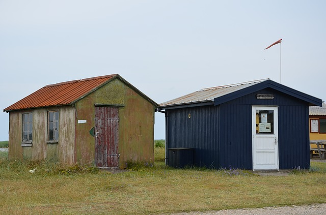 dvě malé chatky