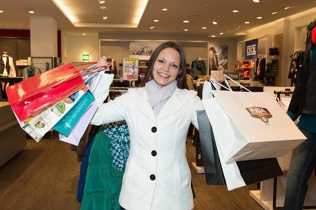 žena s taškami plnými nákupů
